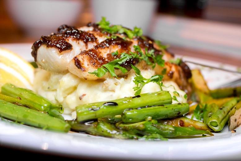 Fiken- og balsamicobakt torsk med asparges og potet- og blomkålmos FLF (2)