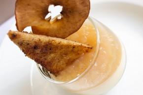 Kanel pannacotta med karamellisert toast og eple