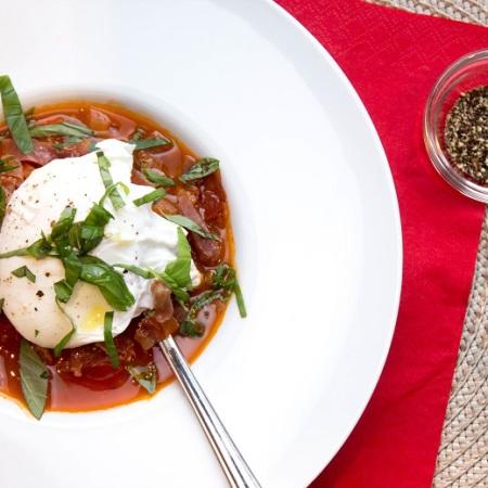 Middelhavssuppe med tomat, prosciutto di parma og posjert egg