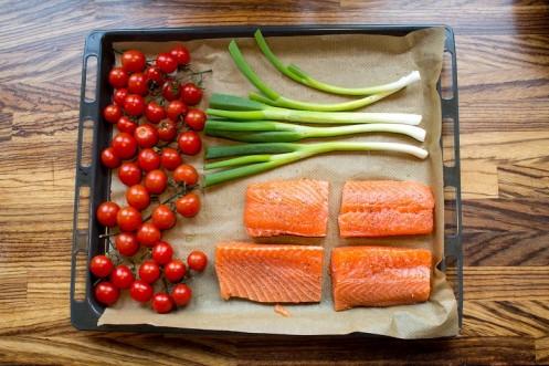 Ovnsbakt laks, vårløk og tomat med brokkolipuré og fritert grønnkål (1)