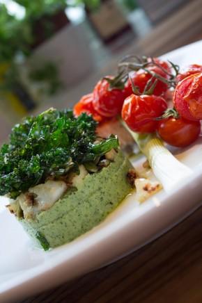 Ovnsbakt laks, vårløk og tomat med brokkolipuré og fritert grønnkål (2)