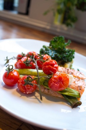 Ovnsbakt laks, vårløk og tomat med brokkolipuré og fritert grønnkål