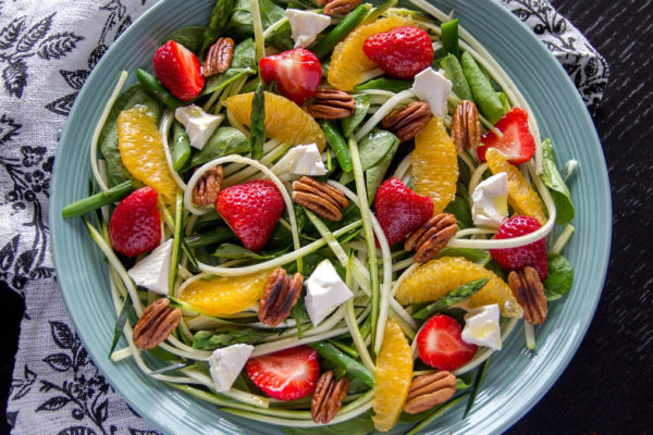 Squashsalat med jordbær og fetaost